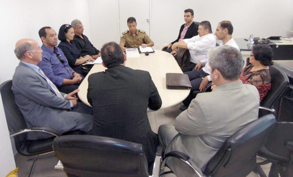 Membros das entidades em reunião com o comandante da PMMG
