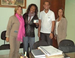 Evangelina, Natanael e Elizabeth entregando o celular a Delma