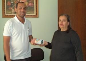 Natanael entregando o celular a Adriana