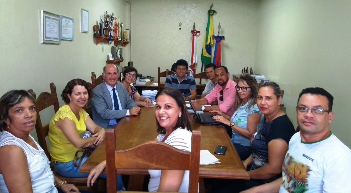 O presidente Natanael, a vice-presidente Evangelina, o advogado Vicente de Paulo e servidores na reunião com o prefeito