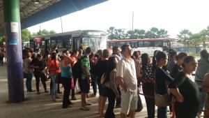 Alagoas Ponto de ônibus lotado em Maceió na manhã desta sexta-feira Foto Heliana Gonçalves TV Gazeta