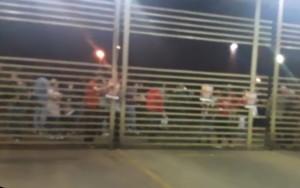 Goiás GOIÂNIA, 4h, Grupo de manifestantes protesta em frente garagem e atrasa saída de ônibus do Eixo Anhanguera Goiás - Foto Reprodução TV Anhanguera