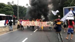 Paraíba Bloqueio é feito por manifestantes na subida da ladeira do bairro de Oitizeiro, em João Pessoa - Foto Walter Paparazzo G1