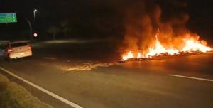 Santa Catarina Pneus são incendiados em Florianópolis - Foto Reprodução NSC TV