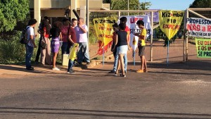 Tocantins Grupo fez manifestação na frente da UFT - Foto Manoela MessiasTV Anhanguera