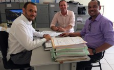 O advogado Neto recebendo o anteprojeto entregue por Cid e Natanael em setembro do ano passado